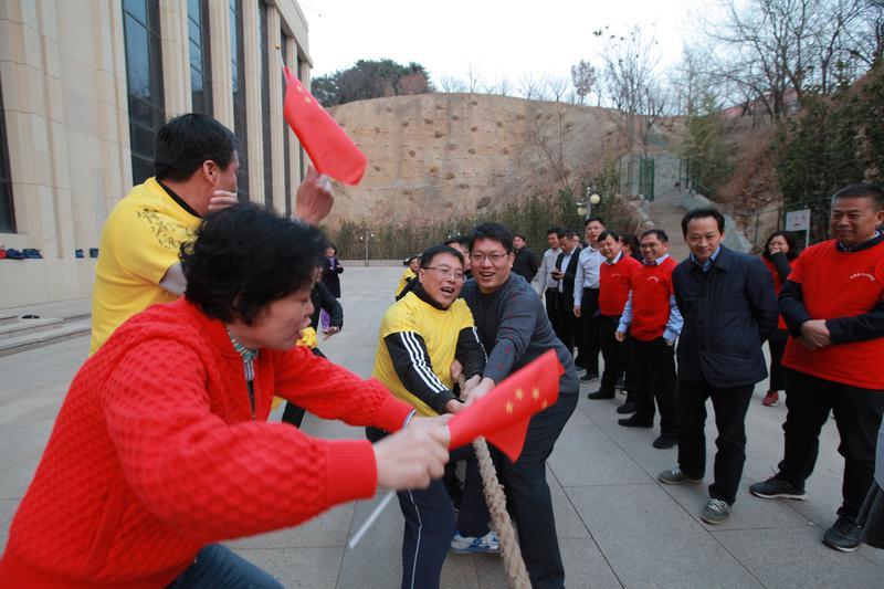 第十八期新任县委宣传部部长培训班学员参加拔河比赛